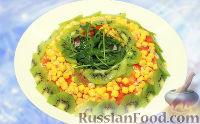 """Фото к рецепту: Новогодний салат """"Малахитовый браслет"""" с курицей, кукурузой и киви"""