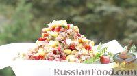 """Фото к рецепту: Салат """"Пикантный"""" с тунцом"""