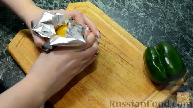 Фото приготовления рецепта: Салат с курицей, перцем и грибами, в медовом соусе - шаг №2