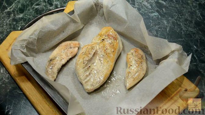 Фото приготовления рецепта: Салат с курицей, перцем и грибами, в медовом соусе - шаг №5