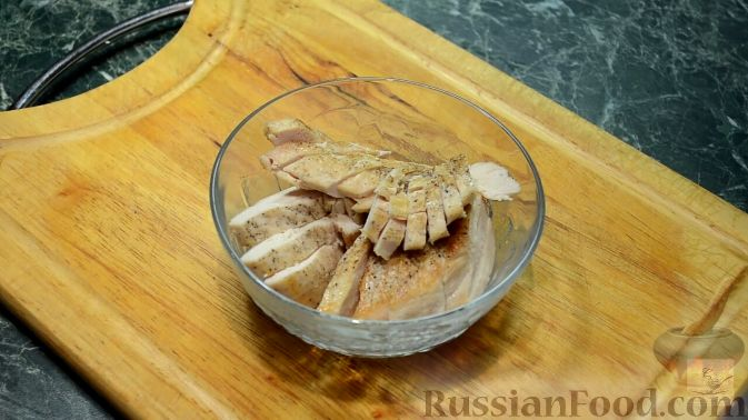 Фото приготовления рецепта: Салат с курицей, перцем и грибами, в медовом соусе - шаг №8