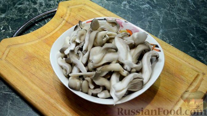 Фото приготовления рецепта: Салат с курицей, перцем и грибами, в медовом соусе - шаг №9