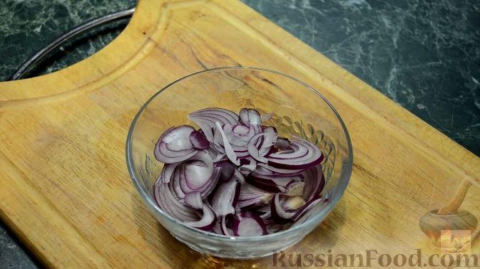 Фото приготовления рецепта: Салат с курицей, перцем и грибами, в медовом соусе - шаг №11
