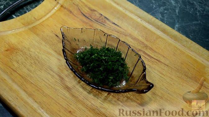 Фото приготовления рецепта: Салат с курицей, перцем и грибами, в медовом соусе - шаг №12