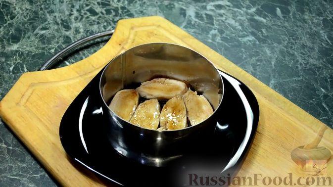 Фото приготовления рецепта: Салат с курицей, перцем и грибами, в медовом соусе - шаг №14