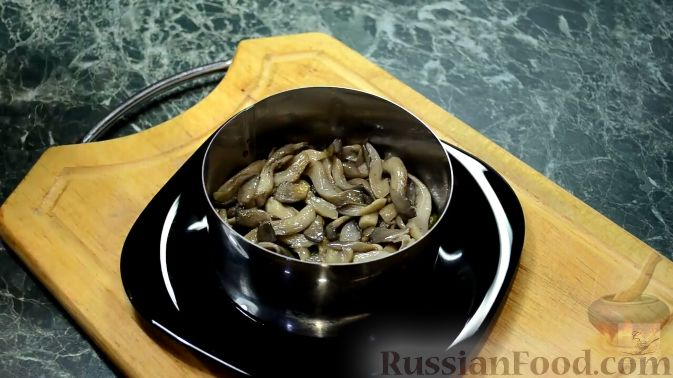 Фото приготовления рецепта: Салат с курицей, перцем и грибами, в медовом соусе - шаг №16