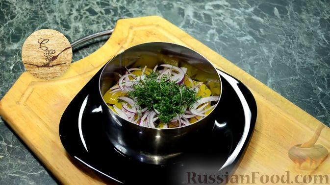Фото приготовления рецепта: Салат с курицей, перцем и грибами, в медовом соусе - шаг №18
