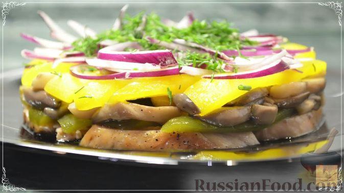 Фото приготовления рецепта: Салат с курицей, перцем и грибами, в медовом соусе - шаг №19