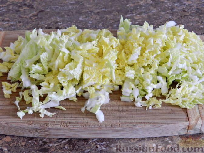 """Фото приготовления рецепта: Салат """"Переполох"""" с пекинской капустой, курицей и шампиньонами - шаг №3"""