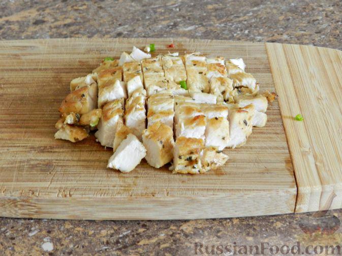 """Фото приготовления рецепта: Салат """"Переполох"""" с пекинской капустой, курицей и шампиньонами - шаг №5"""