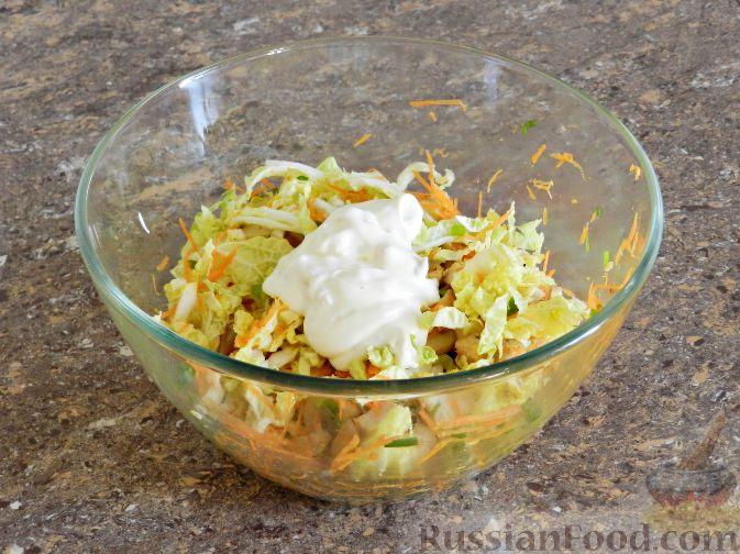 """Фото приготовления рецепта: Салат """"Переполох"""" с пекинской капустой, курицей и шампиньонами - шаг №10"""