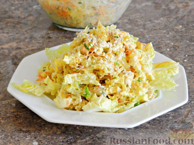 """Фото приготовления рецепта: Салат """"Переполох"""" с пекинской капустой, курицей и шампиньонами - шаг №11"""