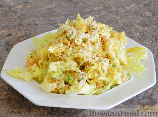 """Фото приготовления рецепта: Салат """"Переполох"""" с пекинской капустой, курицей и шампиньонами - шаг №12"""