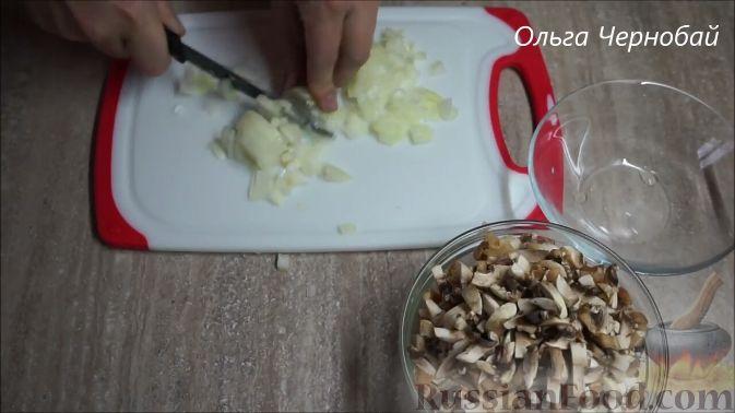 Фото приготовления рецепта: Закрытые песочные мини-пироги с грибами и фасолью - шаг №6