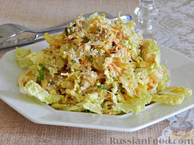 """Фото к рецепту: Салат """"Переполох"""" с пекинской капустой, курицей и шампиньонами"""