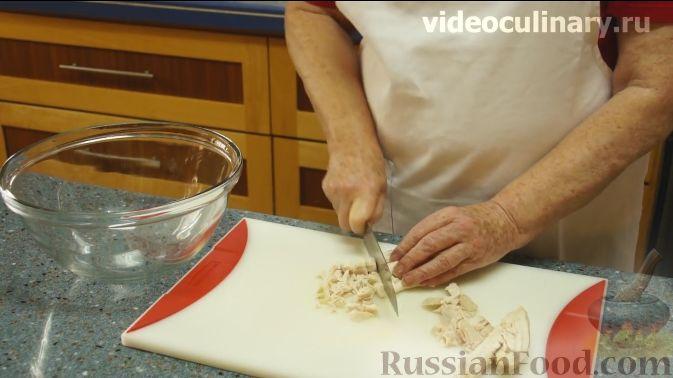 "Фото приготовления рецепта: Салат ""Фантазия"" с курицей, ананасами и мандаринами - шаг №2"