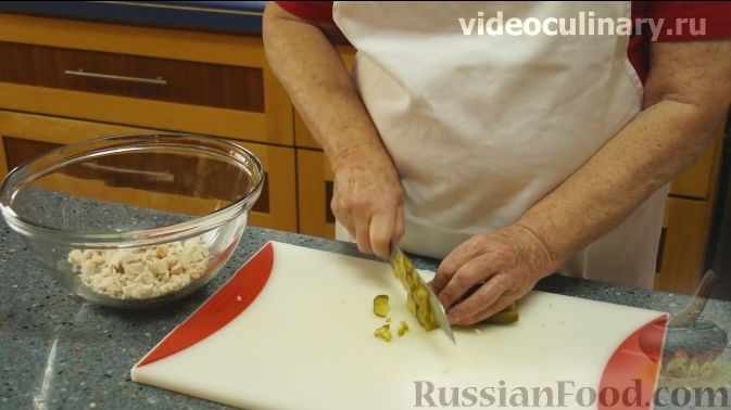"Фото приготовления рецепта: Салат ""Фантазия"" с курицей, ананасами и мандаринами - шаг №3"