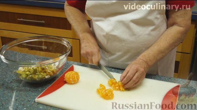 "Фото приготовления рецепта: Салат ""Фантазия"" с курицей, ананасами и мандаринами - шаг №4"