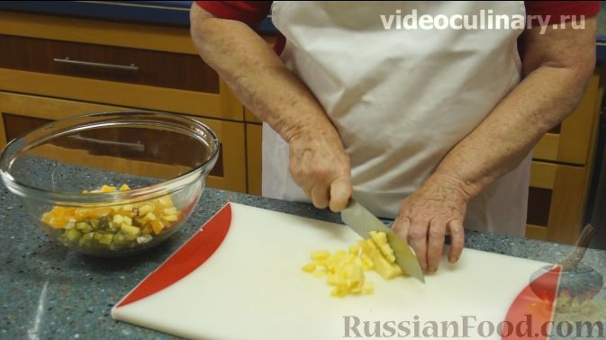 "Фото приготовления рецепта: Салат ""Фантазия"" с курицей, ананасами и мандаринами - шаг №5"