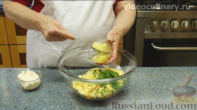 "Фото приготовления рецепта: Салат ""Фантазия"" с курицей, ананасами и мандаринами - шаг №7"