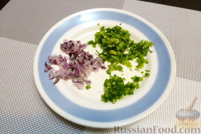 Фото приготовления рецепта: Рыба с сальсой из хурмы и клюквы - шаг №4