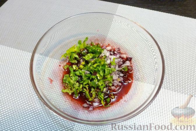 Фото приготовления рецепта: Рыба с сальсой из хурмы и клюквы - шаг №8