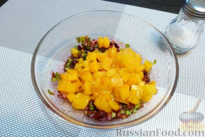 Фото приготовления рецепта: Рыба с сальсой из хурмы и клюквы - шаг №9