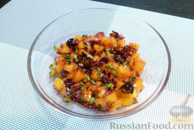 Фото приготовления рецепта: Рыба с сальсой из хурмы и клюквы - шаг №10