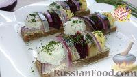Фото к рецепту: Закуска из селёдки на хлебе, с разноцветными шариками