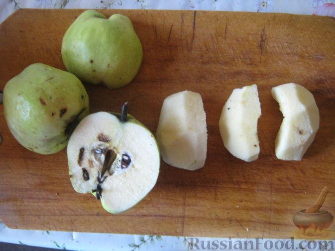Фото приготовления рецепта: Десерт из айвы с корицей - шаг №2