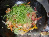 Фото приготовления рецепта: Яки удон тори (лапша удон с курицей и овощами) - шаг №4
