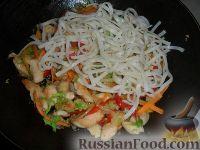 Фото приготовления рецепта: Яки удон тори (лапша удон с курицей и овощами) - шаг №5