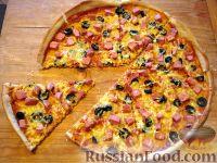 Фото к рецепту: Пицца с колбасой и маслинами