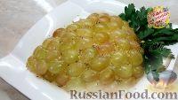 """Фото к рецепту: Праздничный салат """"Гроздь винограда"""" с курицей"""