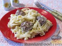 Фото к рецепту: Лапша с тефтелями, в сметанном соусе