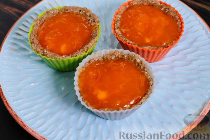 Фото приготовления рецепта: Пирожные из хурмы и миндаля - шаг №6