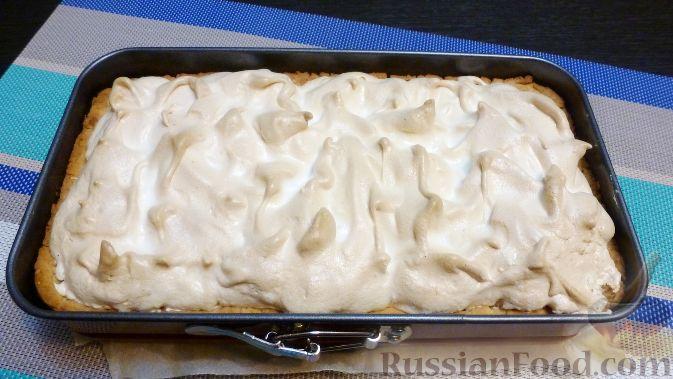 Фото приготовления рецепта: Венгерский пирог с айвой - шаг №12