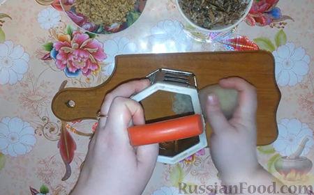 """Фото приготовления рецепта: Праздничный салат """"Собачка"""" - шаг №3"""