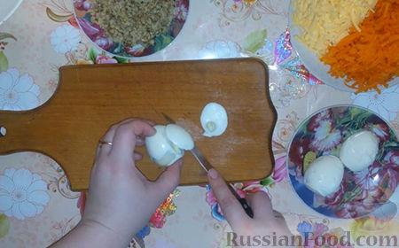 """Фото приготовления рецепта: Праздничный салат """"Собачка"""" - шаг №4"""