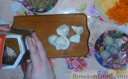 """Фото приготовления рецепта: Праздничный салат """"Собачка"""" - шаг №5"""