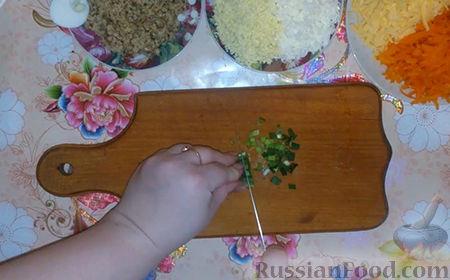 """Фото приготовления рецепта: Праздничный салат """"Собачка"""" - шаг №6"""