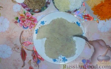 """Фото приготовления рецепта: Праздничный салат """"Собачка"""" - шаг №7"""