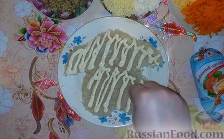 """Фото приготовления рецепта: Праздничный салат """"Собачка"""" - шаг №8"""