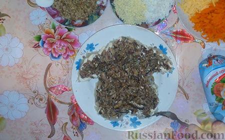 """Фото приготовления рецепта: Праздничный салат """"Собачка"""" - шаг №9"""