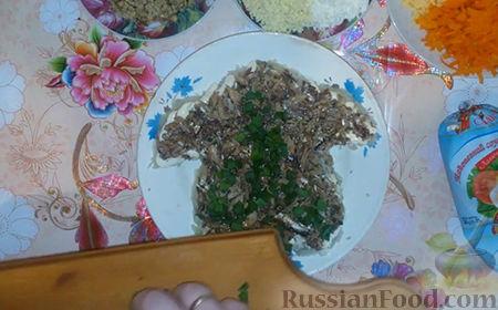 """Фото приготовления рецепта: Праздничный салат """"Собачка"""" - шаг №10"""