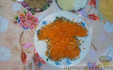 """Фото приготовления рецепта: Праздничный салат """"Собачка"""" - шаг №11"""