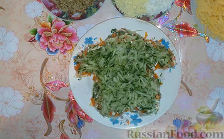"""Фото приготовления рецепта: Праздничный салат """"Собачка"""" - шаг №12"""