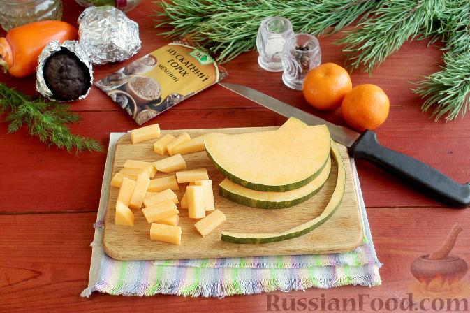 Фото приготовления рецепта: Праздничный салат со свеклой, тыквой и хурмой - шаг №2