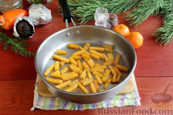 Фото приготовления рецепта: Праздничный салат со свеклой, тыквой и хурмой - шаг №3