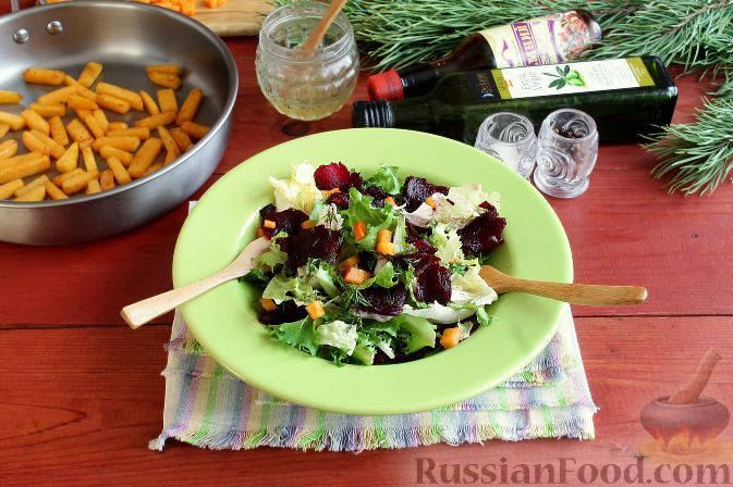 Фото приготовления рецепта: Праздничный салат со свеклой, тыквой и хурмой - шаг №6